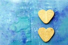 Due biscotti a forma di del cuore Fotografie Stock Libere da Diritti