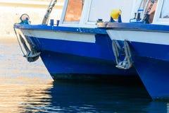 Due blu e le navi da crociera bianche hanno attraccato nel porto Fotografie Stock
