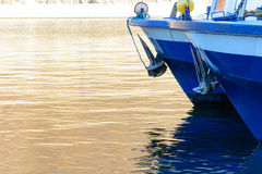 Due blu e le navi da crociera bianche hanno attraccato nel porto Fotografia Stock Libera da Diritti