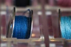 Due bobine della macchina per cucire in un supporto di plastica Fotografia Stock Libera da Diritti