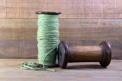 Due bobine di legno con filato Immagine Stock
