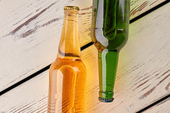 Due bottiglie di birra, vecchi bordi Immagine Stock