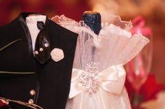 Due bottiglie di champagne condite nei vestiti di nozze Fotografia Stock