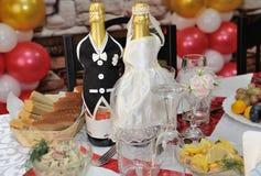Due bottiglie di champagne decorate come neo-sposate Fotografie Stock Libere da Diritti