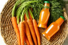Due bottiglie di vetro di succo fresco con le carote Immagine Stock
