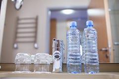 Due bottiglie e due vetri sulla tavola Fotografie Stock Libere da Diritti