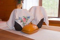 Due brocche coperte dal tessuto di punto croce e di burro-piatto Fotografia Stock Libera da Diritti