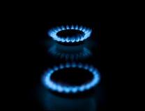 Due bruciatori a gas con le fiamme su priorità bassa scura Immagine Stock