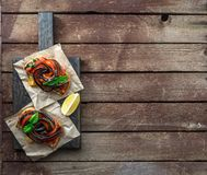 Due Bruschette con melanzana arrostita e vista superiore dei peperoni dolci, posto per testo Immagini Stock