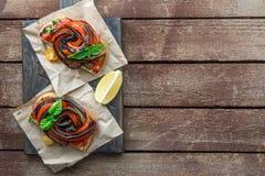 Due Bruschette con melanzana arrostita e vista superiore dei peperoni dolci, posto per testo Immagini Stock Libere da Diritti