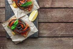 Due Bruschette con melanzana arrostita e vista superiore dei peperoni dolci, posto per testo Fotografia Stock