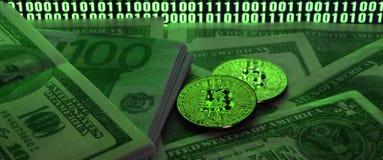 Due bugie dei bitcoins su un mucchio delle banconote in dollari sui precedenti di un monitor che descrive un codice binario degli Immagini Stock