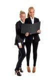 Due businesswomans con il dispositivo di piegatura Immagini Stock Libere da Diritti
