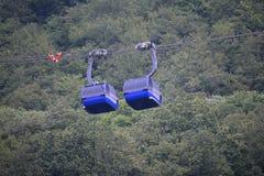 Due cabine del ropeway vicino Fotografia Stock Libera da Diritti