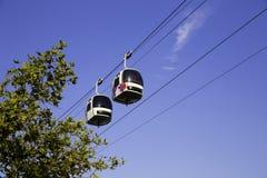 Due cabine di funivia nel moto nell'aria con Immagine Stock Libera da Diritti