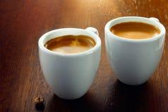 Due caffè espressi con un singolo chicco di caffè Immagini Stock