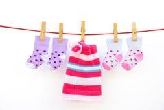 Due calzini del bambino di accoppiamenti e una protezione fotografia stock libera da diritti