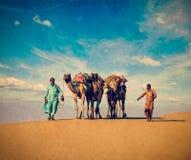 Due cameleers in dune del deser di Thar fotografia stock libera da diritti