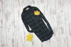 Due camice e foglie di acero a quadretti concetto alla moda Fotografie Stock