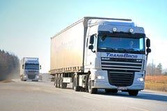 Due camion bianchi dei semi di DAF XF sulla strada Immagini Stock