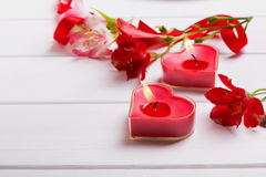 Due candele del cuore e fiori a forma di di alstromeria Fotografia Stock