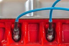 Due candele su un nuovo motore di automobile fotografia stock