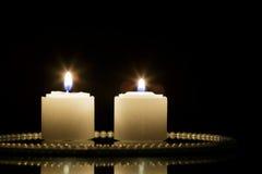 Due candele sul piatto dello specchio Fotografie Stock