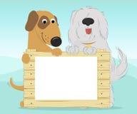 Due cani che tengono una superficie di legno Immagine Stock