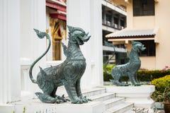 Due cani di obbligazione del metallo in tempiale buddhistic fotografie stock
