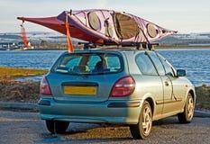 Due canoe riparate in cima ad un'automobile. Fotografie Stock Libere da Diritti
