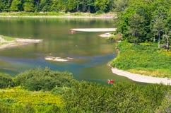 Due canoe rosse su un fiume Fotografie Stock