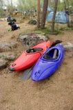 Due canoe si avvicinano all'accampamento della foresta Immagini Stock Libere da Diritti