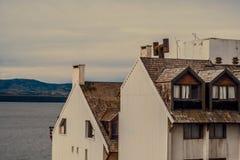 Due case su una riva del lago Fotografia Stock Libera da Diritti