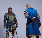 Due cavalieri medioevali che si levano in piedi faccia a faccia Fotografia Stock
