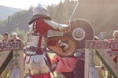 Due cavalieri stanno combattendo al festival di Tustan in Urych, Ucraina, Fotografie Stock Libere da Diritti