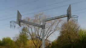 Due cerchi di pallacanestro con le nuvole video d archivio