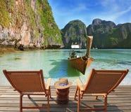 Due chaise-lounge comode convenienti del sole dell'ospite Fotografia Stock