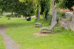 Due chaise-lounge da rilassarsi nel parco Fotografia Stock