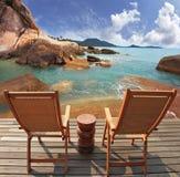 Due chaise-lounge del sole dell'ospite su una piattaforma di legno Fotografia Stock
