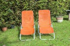 Due chaise-lounge del sole nel giardino Immagine Stock Libera da Diritti