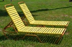 Due chaise-lounge del sole nell'erba Fotografia Stock
