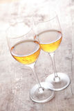 Due Champagne Glasses elegante sulla Tabella Fotografia Stock Libera da Diritti