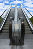 Due che escalatorsleading dalla terra al cielo Immagini Stock Libere da Diritti