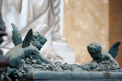 Due cherubini scalano un pieno dell'altare delle rose Fotografia Stock