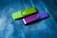 Due chiavette USB su un fondo dei jeans Immagini Stock