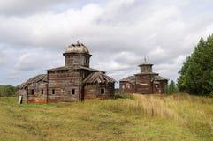 Due churchs di legno distrutti antichi in villaggio russo nordico Fotografie Stock