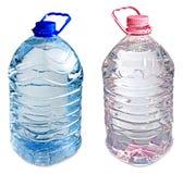 Due cinque bottiglie di litro del colore rosa e dell'azzurro dell'acqua Fotografia Stock