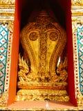 Due cinque nagas capi sul lato del panteon reale in tempio di Emerald Buddha Wat Phra Kaew, Bangkok, Tailandia Immagini Stock Libere da Diritti