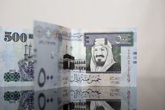Due cinquecento note saudite del riyal su vetro scuro Fotografia Stock