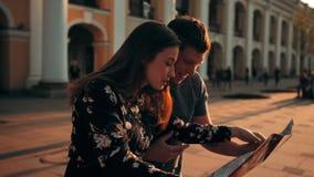 Due città della lettura della gente, delle coppie, della ragazza e del tipo tracciano all'aperto archivi video